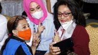 Wakil Walikota Makassar, Fatmawati Rusdi melakukan foto bersama sejumlah perempuan pada perayaan Hari Perempuan Internasional
